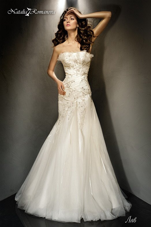 Изящное свадебное платье «трапеция» с объемной отделкой открытого лифа и атласным декором.