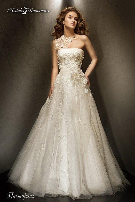 Эксцентричное свадебное платье «принцесса» с объемной отделкой и лифом прямого кроя.