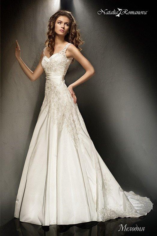 Свадебное платье «принцесса» из атласной ткани, оформленное кружевом по подолу и лифу.