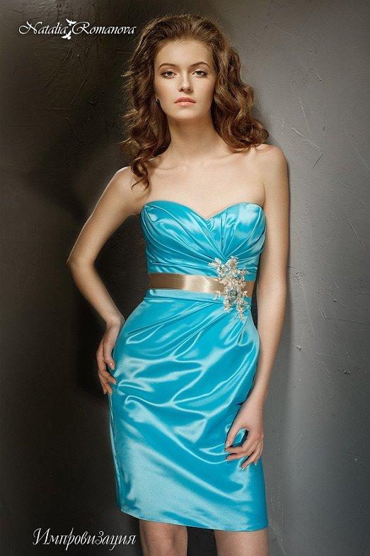 Оригинальное свадебное платье голубого цвета с открытым лифом и золотым атласным поясом.