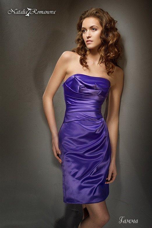 Стильное свадебное платье синего цвета из атласной ткани, украшенное драпировками.