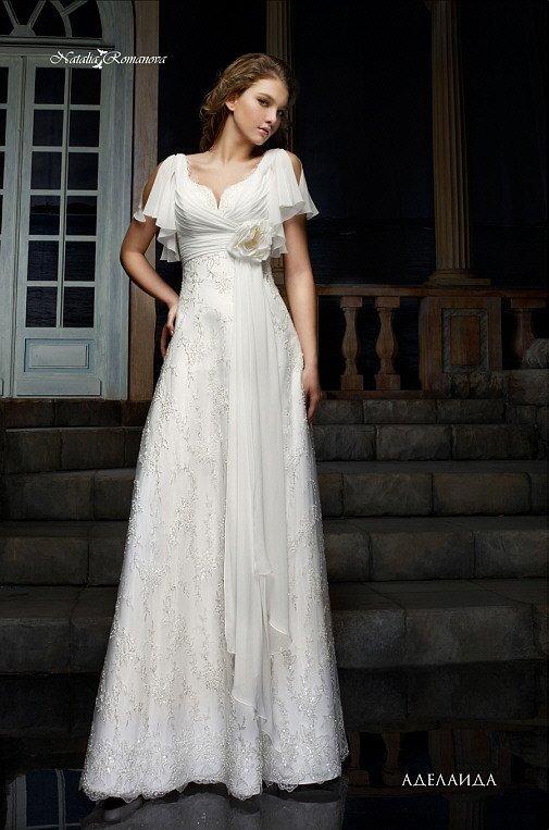Кружевное свадебное платье деликатного прямого кроя с пышными короткими рукавами.