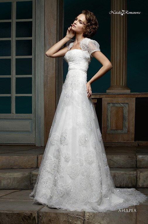 Свадебное платье «принцесса» с изящным болеро и сияющей вышивкой пайетками на юбке.
