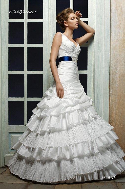 Глянцевое свадебное платье «принцесса» с V-образным декольте и цветным поясом на талии.