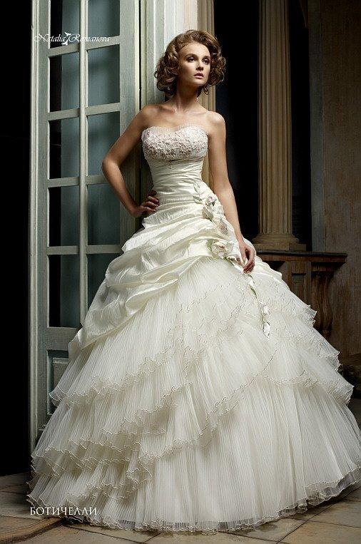 Очаровательное свадебное платье с вышивкой на открытом лифе и сложного кроя пышной юбкой.