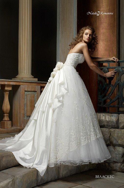 Свадебное платье «принцесса» с фактурным корсетом и объемной отделкой подола сзади.