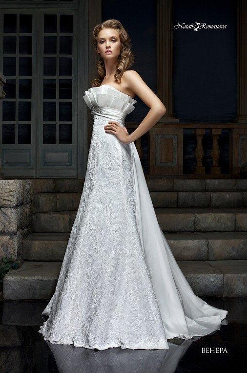 Кружевное свадебное платье с роскошным шлейфом и объемным открытым лифом.