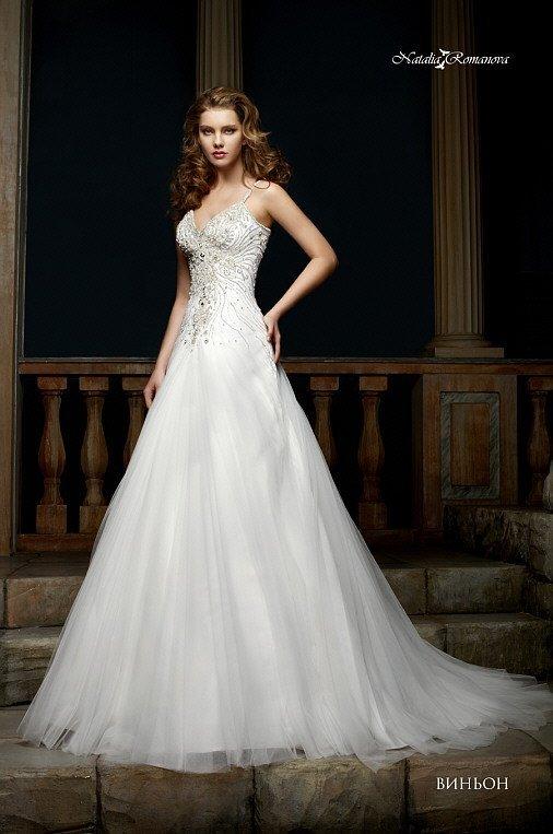 Шикарное свадебное платье классического кроя с бисерной вышивкой по открытому корсету.