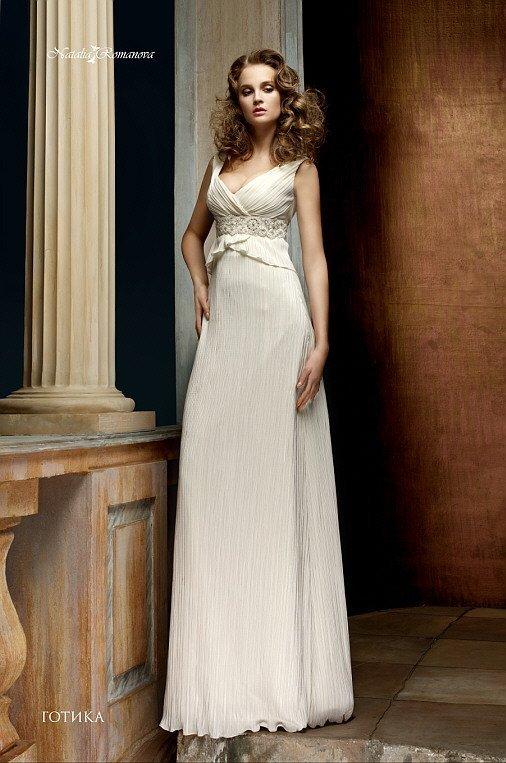 Оригинальное свадебное платье прямого кроя, с короткой баской и V-образным вырезом.