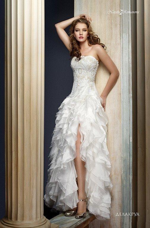 Очаровательное свадебное платье с кокетливыми воланами по подолу и открытым лифом.