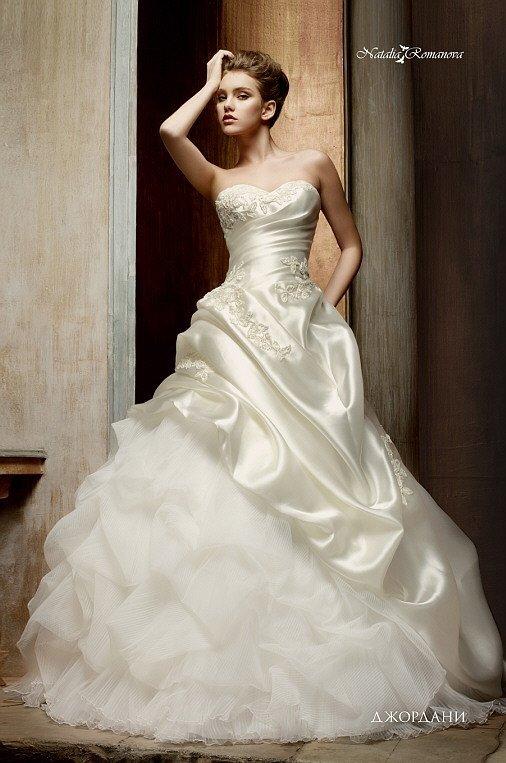 Свадебное платье с потрясающими пышными волнами по низу подола и вышивкой на корсете.