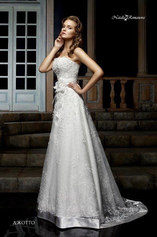 Романтичное свадебное платье с открытым лифом прямого кроя и юбкой «принцесса» со шлейфом.