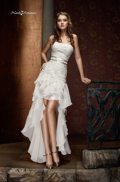 Свадебное платье с атласным поясом и укороченным спереди подолом со шлейфом сзади.