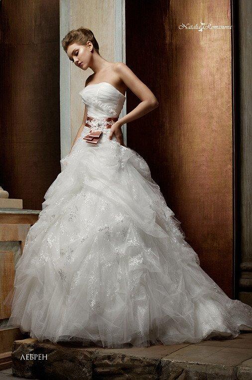 Оригинальное свадебное платье с пышной кружевной юбкой и поясом из цветного атласа.