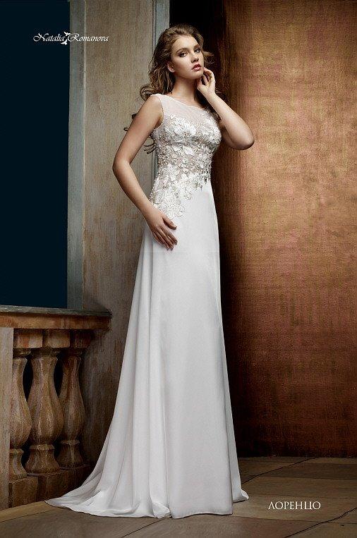 Утонченное свадебное платье прямого кроя с кружевной отделкой по закрытому верху.