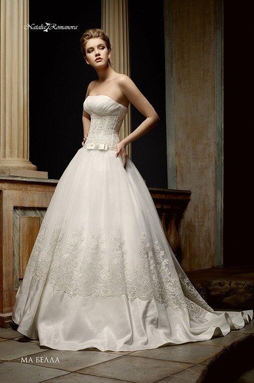 Пышное свадебное платье с атласной отделкой низа подола и драпировками на открытом лифе.