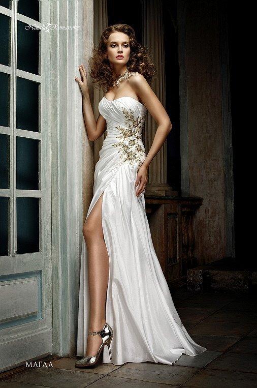 Атласное свадебное платье с лифом в форме сердца и цветочной вышивкой по корсету.
