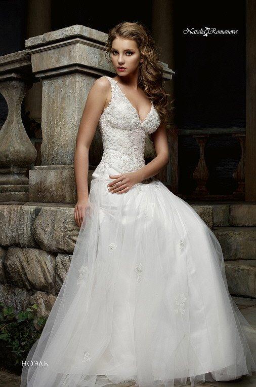 Чувственное свадебное платье с глянцевой подкладкой юбки и V-образным вырезом декольте.