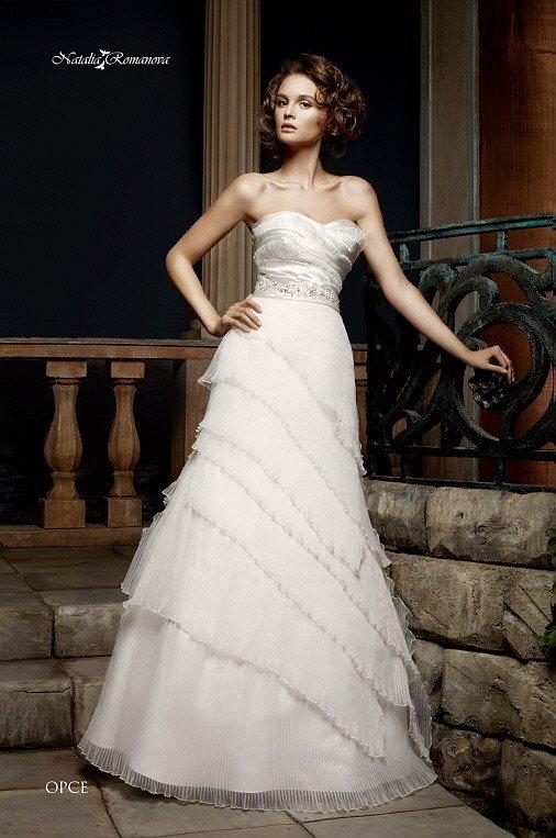 Свадебное платье с асимметричным декором подола и открытым лифом в форме сердца.