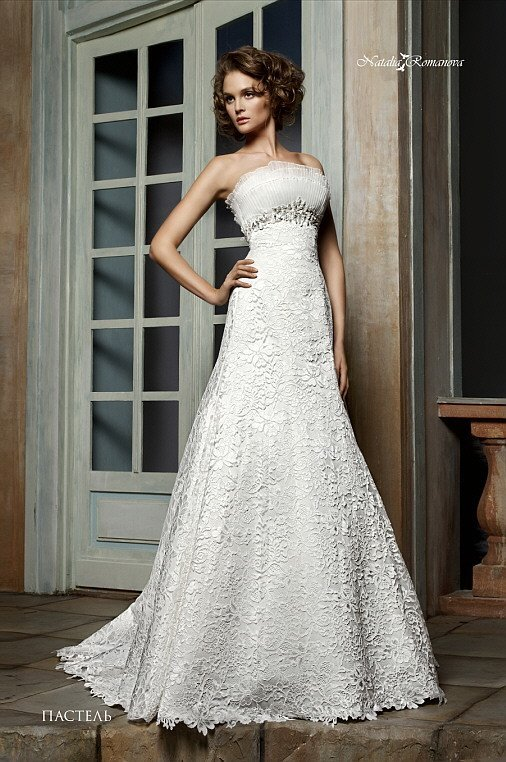 Открытое свадебное платье с лифом прямого кроя и кружевной отделкой юбки «принцесса».