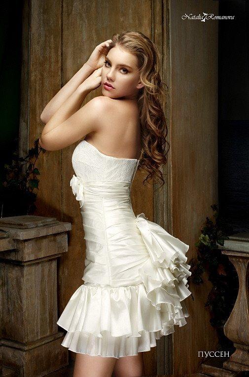 Смелое свадебное платье до середины бедра, с открытым декольте и кокетливым пышным декором.