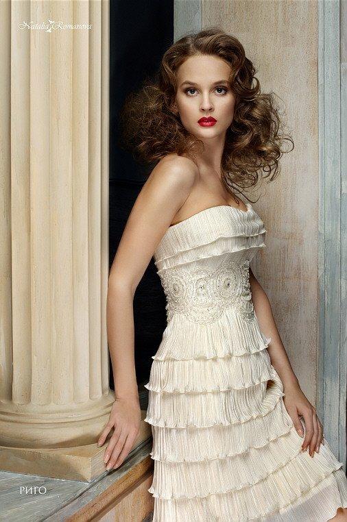Короткое свадебное платье с кокетливой отделкой оборками и широким вышитым поясом.