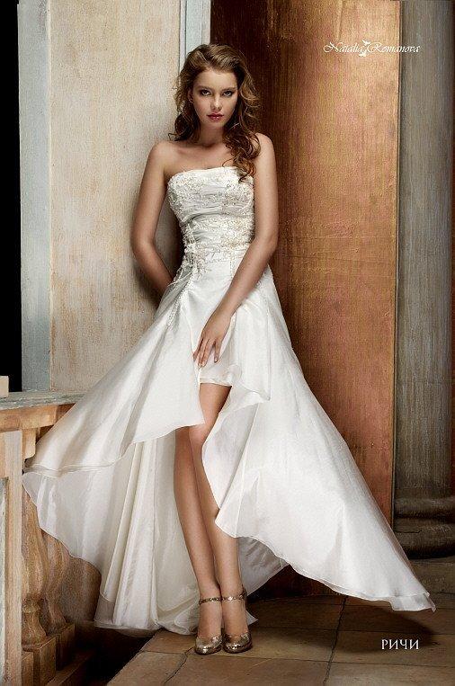 Открытое свадебное платье цвета слоновой кости с лифом прямого кроя и укороченным подолом.