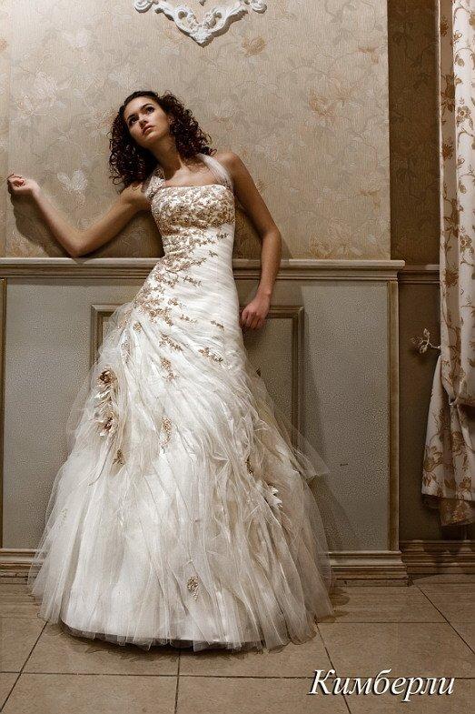 Свадебное платье с широкими бретелями над прямым декольте и прозрачными оборками по подолу.