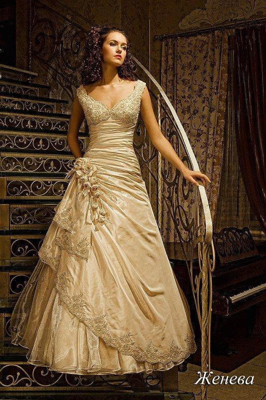 Роскошное свадебное платье золотистого цвета с элегантным силуэтом и бисерной вышивкой.