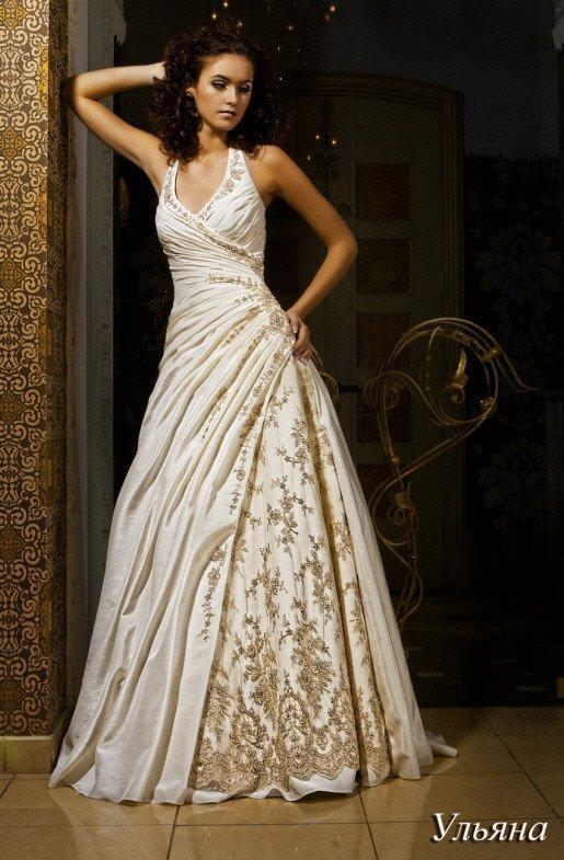 Фактурное свадебное платье цвета слоновой кости с V-образным декольте и юбкой «принцесса».