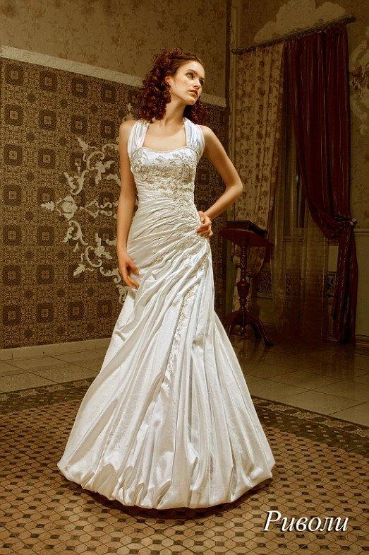 Оригинальное свадебное платье из глянцевой ткани, с силуэтом «рыбка» и широкими бретелями.
