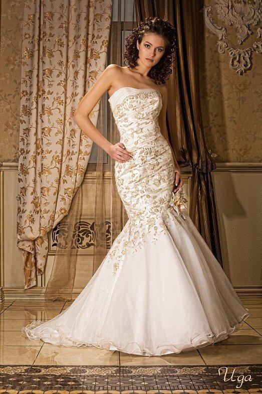 Открытое свадебное платье «рыбка», украшенное золотистым кружевом и дополненное шлейфом.