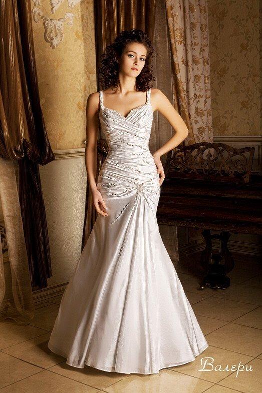Открытое свадебное платье из атласной ткани, с драпировками и бисерной вышивкой.