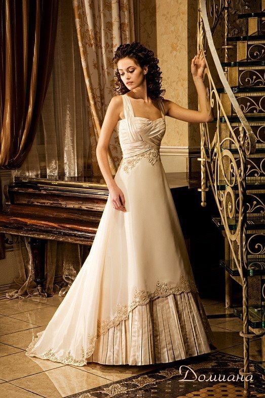 Оригинальное свадебное платье золотистого цвета с юбкой «принцесса» с вышивкой и шлейфом сзади.