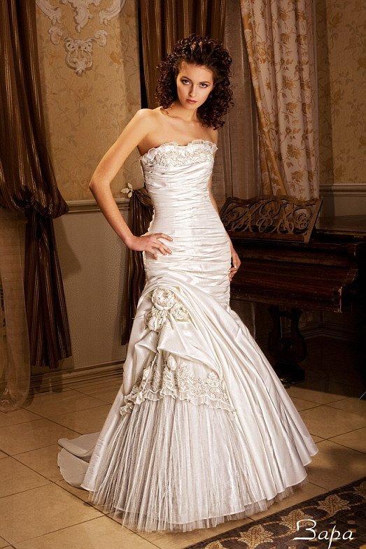 Атласное свадебное платье «рыбка» с горизонтальными складками драпировок и прямым вырезом.