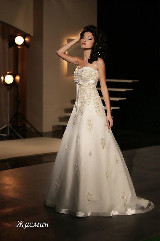 Изящное свадебное платье с атласной отделкой низа подола и вышивкой по открытому корсету.