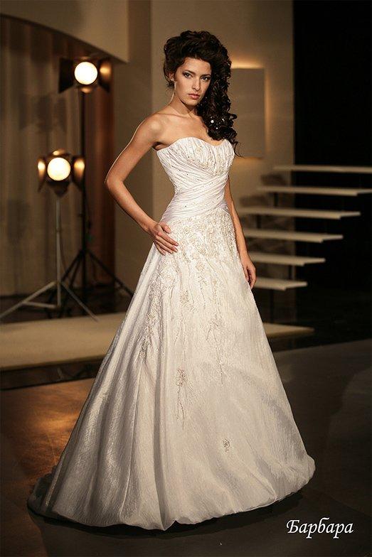 Открытое свадебное платье с вышивкой по подолу и драпировками атласа по корсету.
