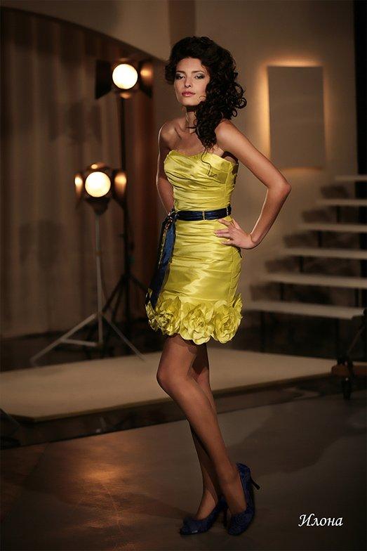 Золотистое свадебное платье «футляр» длиной до середины бедра с открытым лифом.