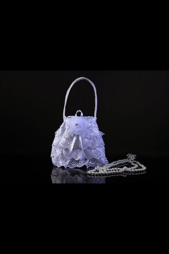 Кружевная сумочка для невесты, дополненная пышным белоснежным бутоном сверху.