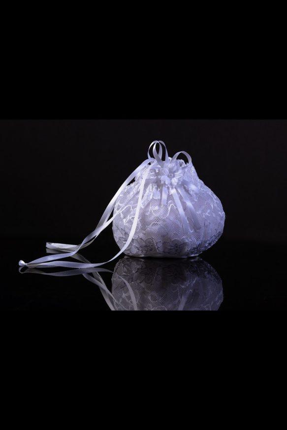 Полупрозрачная кружевная сумочка для невесты, украшенная атласными лентами.