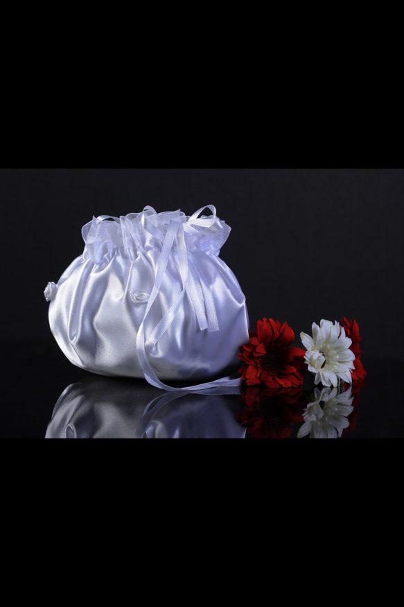Стильная свадебная сумочка из глянцевой атласной ткани, сверху оформленная лентами.