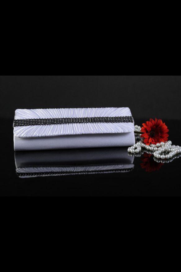 Изящный свадебный клатч, покрытый глянцевым атласом и украшенный бисерным декором.