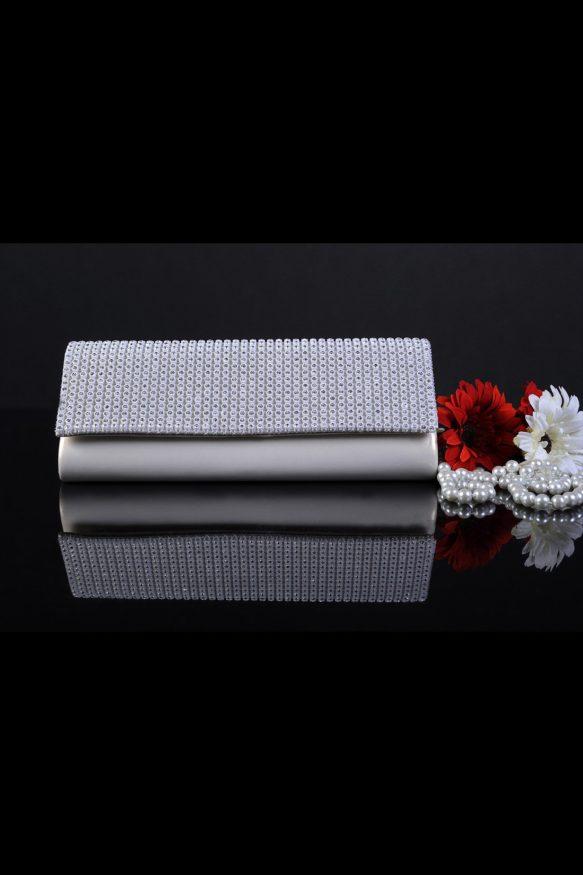 Элегантный свадебный клатч, покрытый сверкающей бисерной вышивкой по верху.