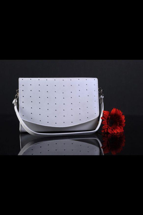 Изящная свадебная сумочка квадратной формы, декорированная серебристым бисером.