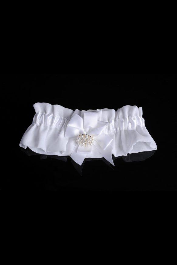 Атласная подвязка белого цвета, изящно декорированная бантом.