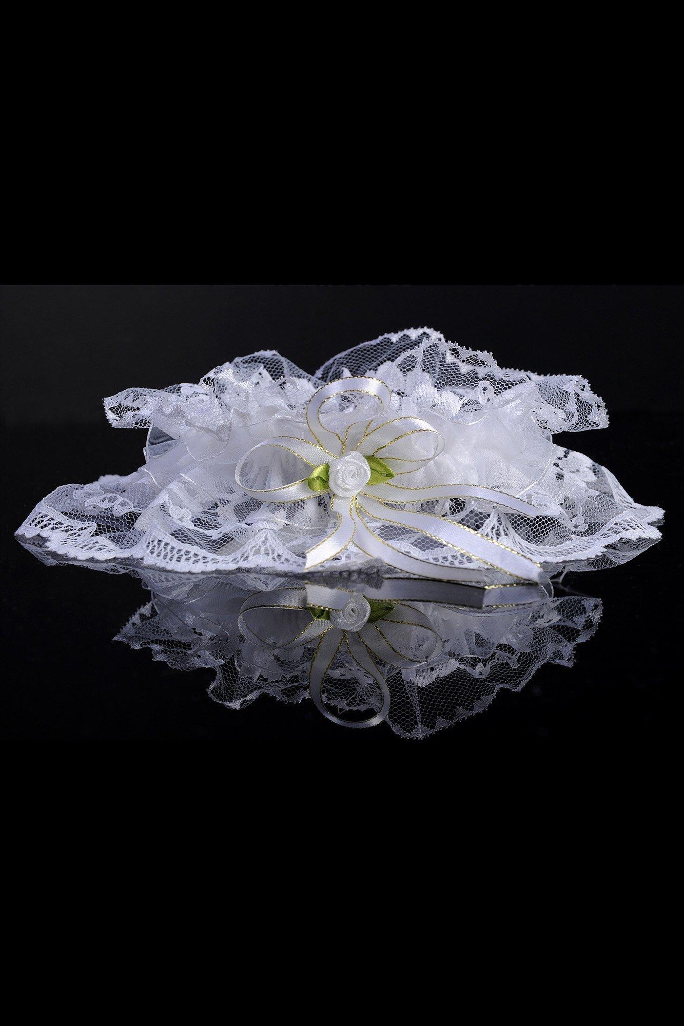 Пышная кружевная подвязка белого цвета с небольшим цветком.