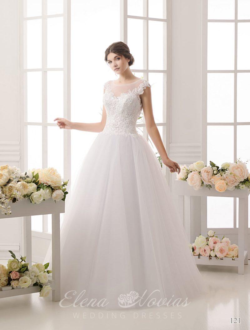 Женственное свадебное платье в традиционном стиле, с изящным декольте и коротким рукавом.