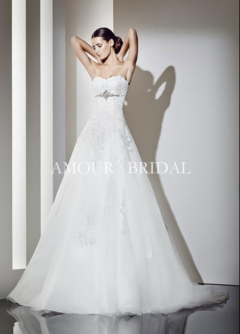 Открытое свадебное платье «принцесса» с прямой линией декольте и кружевными аппликациями.