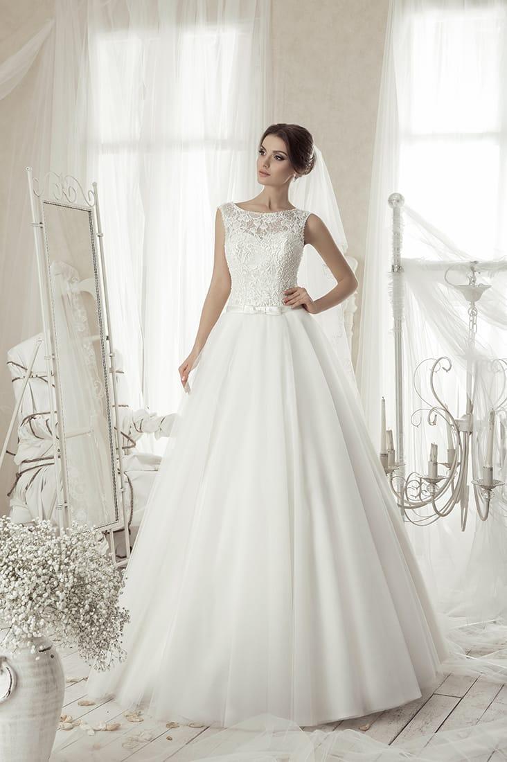 Традиционное свадебное платье «трапеция» с кружевным верхом с широкими бретелями.