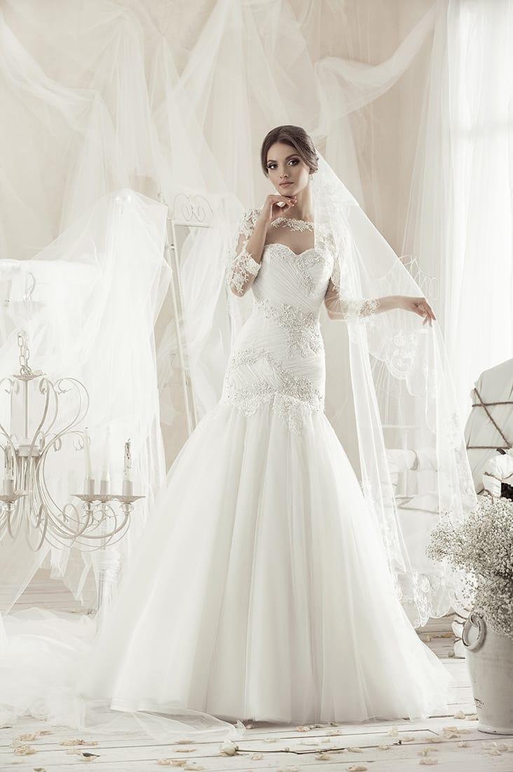 Свадебное платье «русалка» с закрытым верхом, красиво задрапированное по фигуре.